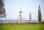 Jeden z mnoha pomníků v okolí