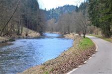 Parádní cyklostezka podél řeky