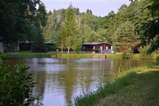 Zadní chaty od rybníka za plotem