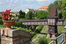 Krytý dřevěný most v zahradách