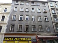 Bytový dům v Husitské ulici před výměnou oken