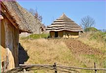 Pravěké stavby ve venkovní expozici