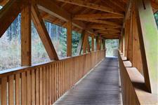 Most je krytý a celodřevěný